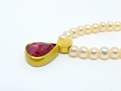 Britta-Ehlich-Perlenkette-mit-rosa-Turmalinanhänger-in-Gold-2