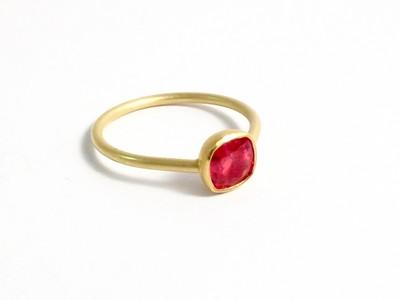 Britta Ehlich - Ring 750er Gold mit rotem Saphir.jpg