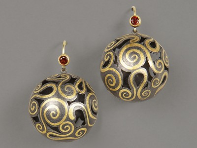 earrings silke knetsch E233 silver, fine gold, garnet