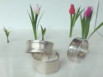 Marcel-Meier-Armspangen-Silber-vor-Tulpen