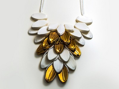 Porzellan-Collier in weiß-gold